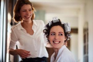 Fröhliche Braut beim Getting Ready in der Bokelmühle mit Anna Haake