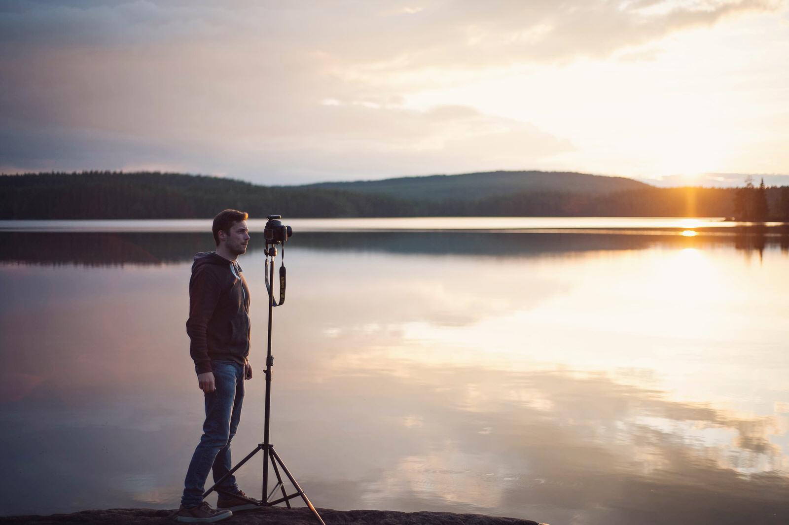 Ole Quirin mit Kamera im Sonnenuntergang in Schweden