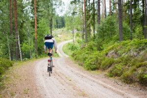 Ole balanciert auf einem Fahrrad im Wald