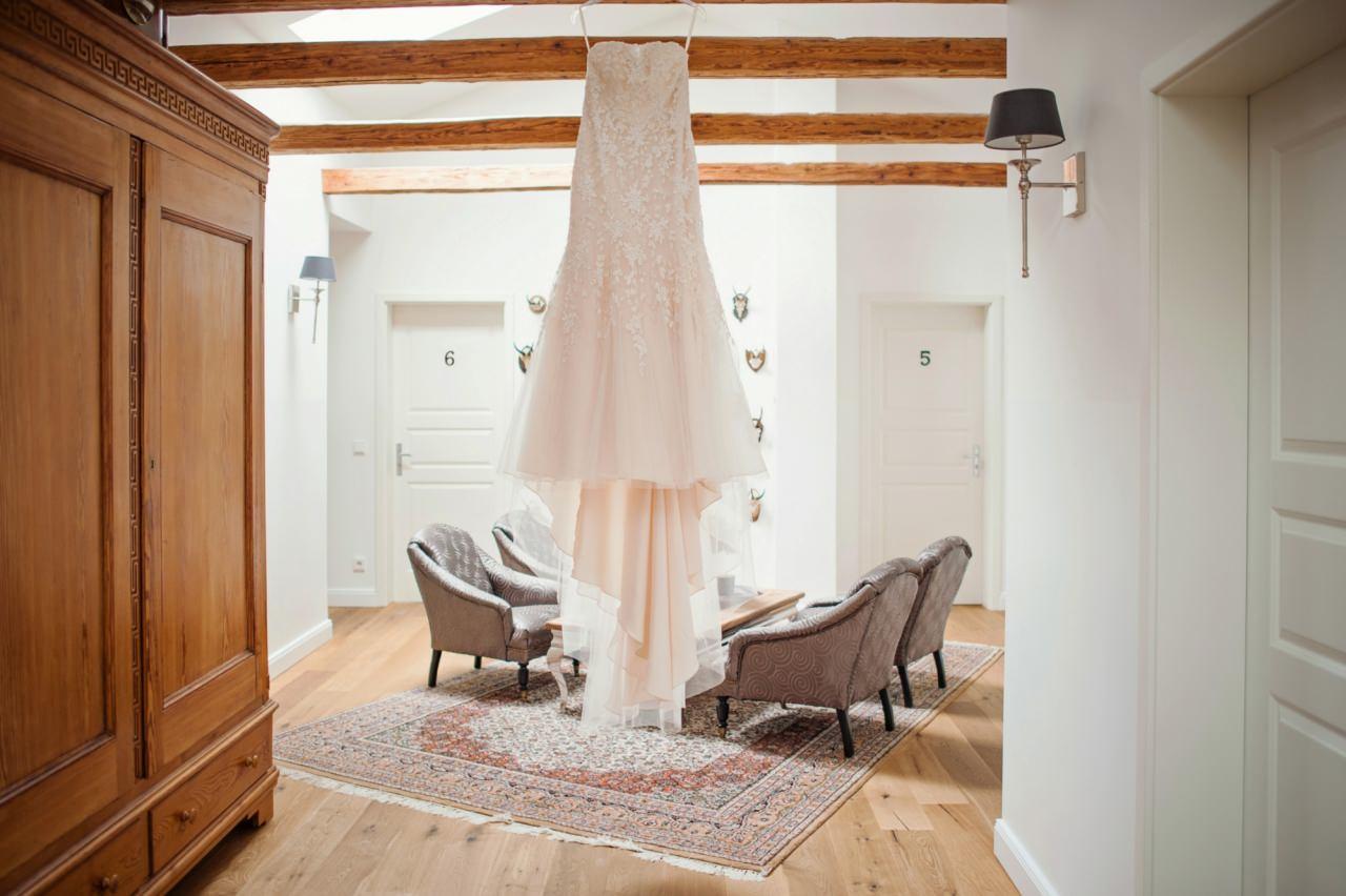 Hochzeitskleid dekorativ aufgehängt