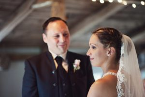 Bräutigam blickt Braut verliebt an