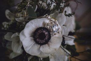 Brautstrauß mit Schmuckanhänger