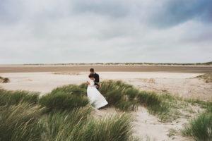 Brautpaar am Strand in Dänemark