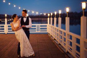 Brautpaar tanzt in die Nacht