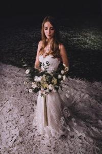 Winterbraut im Schnee und mit Brautstrauss im Seehotel Töpferhaus