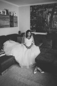 Braut wartet beim Getting Ready zur Hochzeit