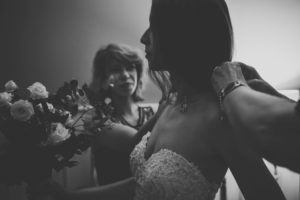 Braut bei den Vorbereitungen zur Trauung mit Anna Haake