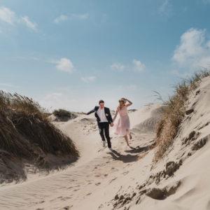 Brautpaar rennt durch Dünen