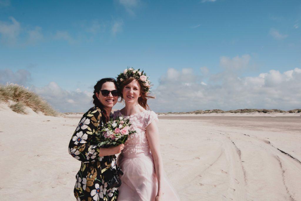Braut und Fotografin in Dänemark am Strand